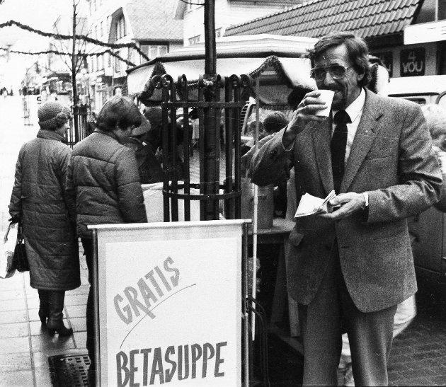 Innehaver Nils Sund delte ut gratis betasuppe i 1983.