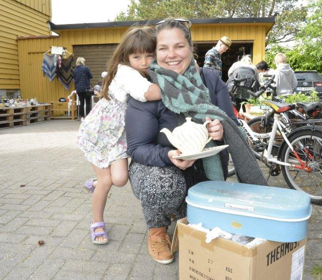 Ingrid Bergseth Bangsmoen og datteren Frøydis (5) fant noen skatter i garasjen til Ellen Renate Andreassen i Jonsokveien. – Jeg er ofte på loppemarked, sier Ingrid.