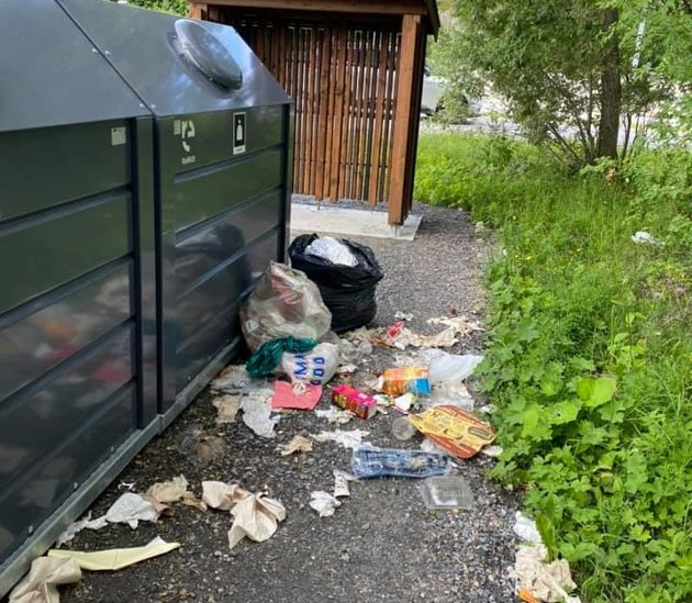 – Ved de to anledningene jeg har oppsøkt returpunktene, har containerne vært mer eller mindre helt fulle, og avfall har måttet settes utenfor, skriver  Trond Hermansen, Sandøy i Averøy.