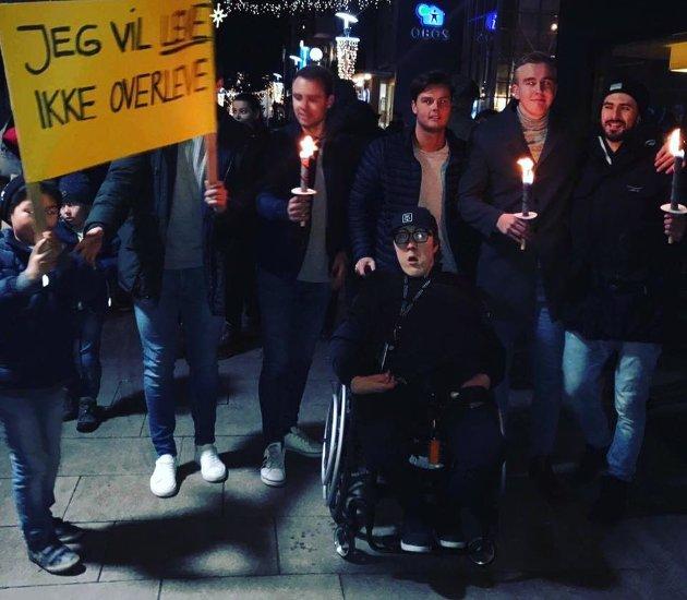 Bildet er fra fakkeltoget for aksept og likeverd som ble arrangert i Fredrikstad 5. desember i fjor. Som en del av arrangementet fikk også brukere av BPA møte Fredristad-politikere.