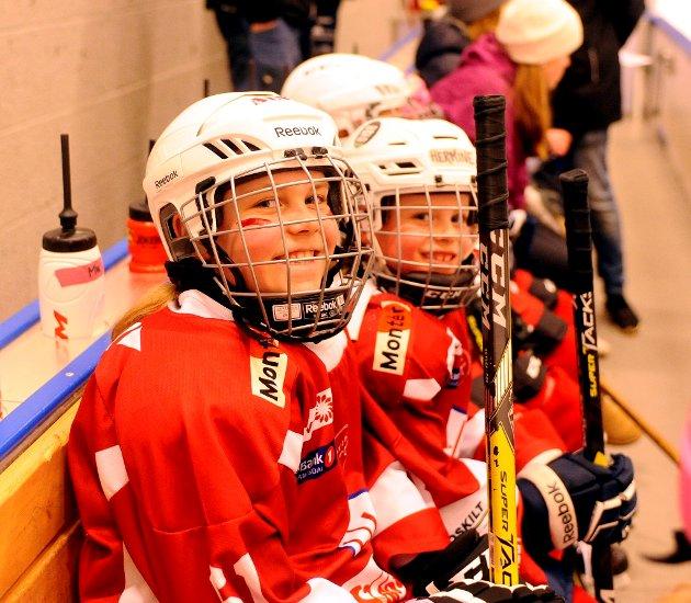 Niåringen Alva (t.v.) og Hermine (8) synes ishockey er moro. De spilte for Lillehammer Rød.