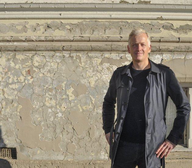 FORFALL: - Forfallet på biblioteket og andre bygninger er ikke bra, sier Joakim Karlsen.