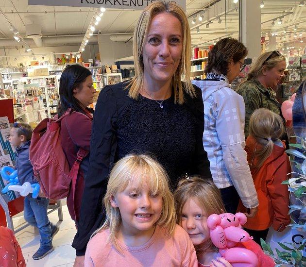 Melissa Marthinsen (41), Liv Angelica Marthinsen Hagen (6) og Lif Nanna Nordheim (6), Bjørkelangen: – Det er nydelig, og jeg sier bare endelig. Det skal bli godt å leve uten restriksjoner og munnbind og bare komme tilbake til det normale livet igjen.