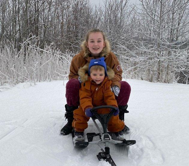 #Juledag: Irene Aasbø (kvevfrua) har delt dette bilde av vinteridyll og barnebarn med oss.