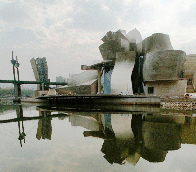 - Guggenheim-museet i Bilbao blir dag besøkt like mye for sin arkitektur som for innholdet/kunsten og trekker til seg cirka en million besøkende hvert år, noe som har ført til at byen Bilbao blomstrer som aldri før, skriver Torill Liabø.