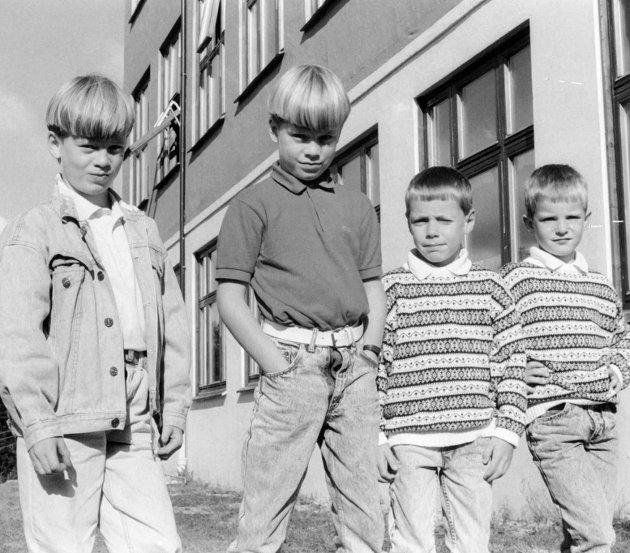 To tvillingpar i 1 .klasse ved Bygstad skule. 23. august 1988. Frå venstre Espen og Stian Lunde, Ove Runar og Håkon Martin Kleiven.