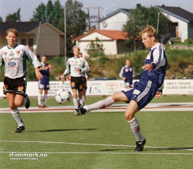 HAMMERFEST FOTBALLKLUBB: Hammerfest sin meget gode spiss, Eivind Eriksen, skapte stadig vekk store problemer for FIL-forsvaret.