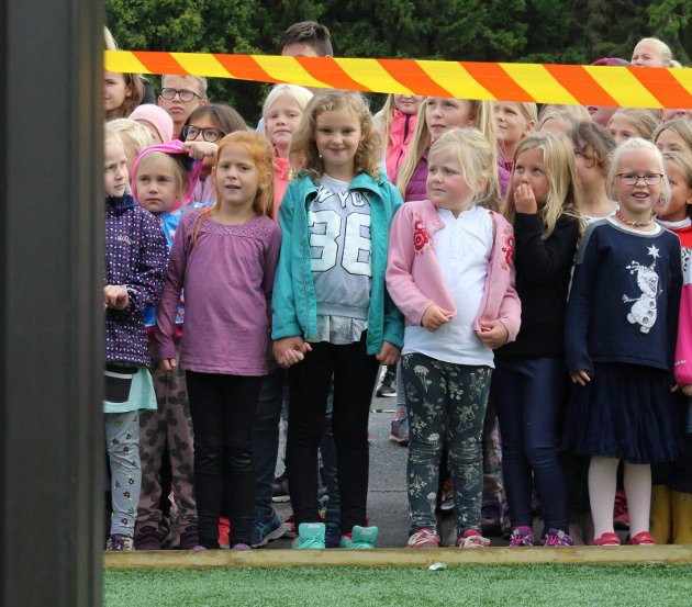 SPENTE: 1. klassingene ventet utålmodig på at lekestativet ble offisielt åpnet.