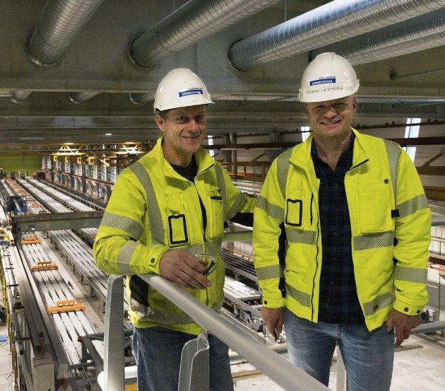 Sviller: Spenncon rails nye fabrikk er nå i gang med produksjon av jernbanesviller. Fabrikksjef Stig Sollie (til venstre) og daglig leder Lars Petter Lund.