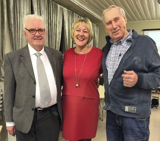 Forfattarane: Einar Helland og Anders T. Veland er hovudforfattarane bak Bygdebok for Stranda. Her med Lindås-ordførar Astrid Aarhus Byrknes. foto: Arthur Kleiveland
