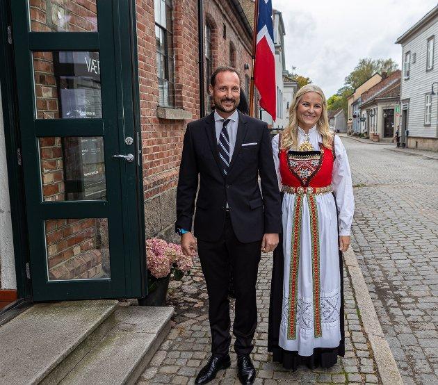 Kronprinsparet hadde ikke lange veien å gå fra hotellet der de bor, inne i Gamlebyen, og til Værk. De var strålende blide.