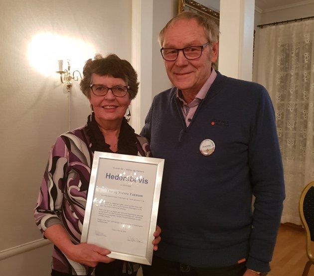 TAKKET AV: Else og Sverre Tannum mottok et hedersbevis som takk for lang tjeneste i Vi over 60 - Hølen og Såner.