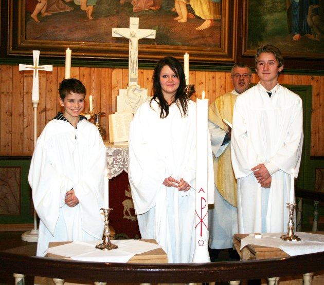 Konfirmanter i Dolstad kirke julaften 2008. T.v. Anton Brandth, Tonje Søfting Eilertsen og Henrik Rynning Sjåmo.