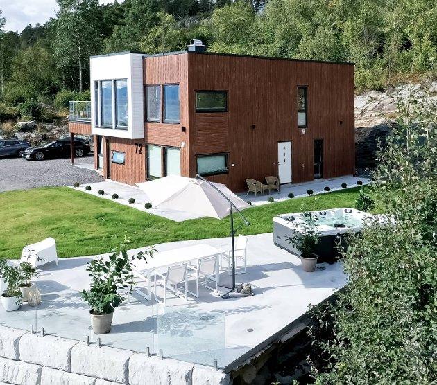 PRISBELØNNET UTEPLASS: Familien Bjerknes hus passer godt inn i terrenget. Uteplassen deres fikk andreplass i Norske interiørbloggers kåring av fineste eksteriør i fjor.  FOTO: Privat