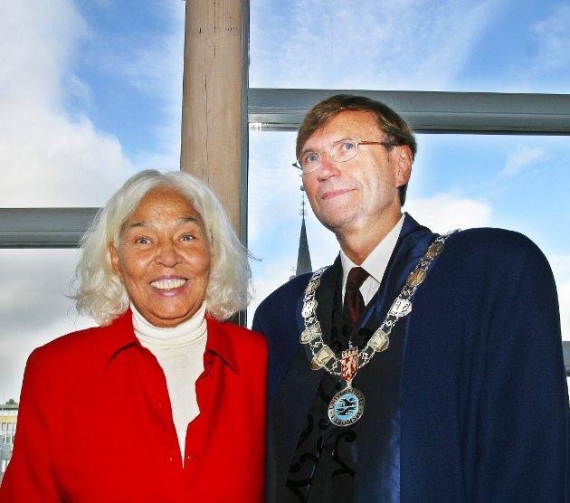 Nawal El Sadaawi besøkte Tromsø to ganger. Her er hun på plass på universitetet, sammen mer daværende rektor Jarle Aarbakke, i august 2003 for å motta et æresdoktorat, 72 år gammel.