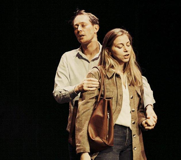 Jonatan Filip (Johan) og Susann Bugge Kambestad (Marianne) har en turbulent ferd mot oppløsningen av ekteskapet.