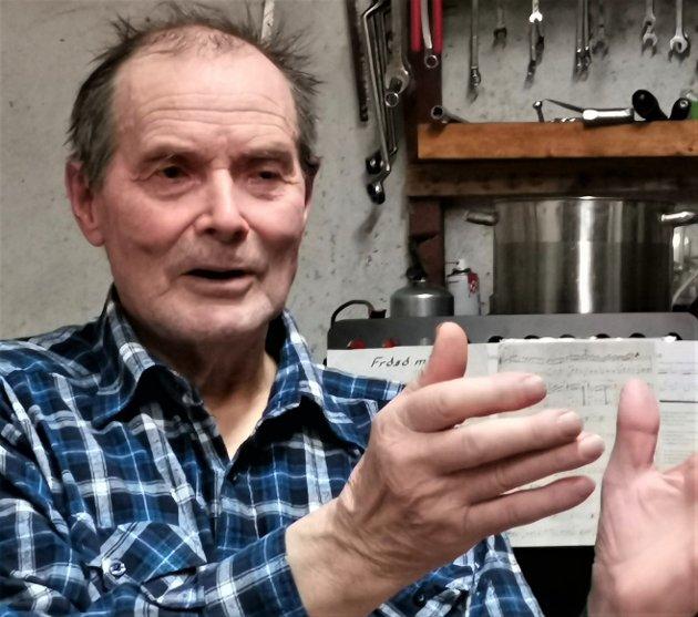 NUMMERSKILT: Johan S. Beddari er bedt om å montere opp nummerskilt til hytta si.