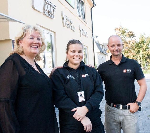 LÆRLING: Grete Karin Berg, regiondirektør i NHO Buskerud, lærling Merethe Dahl og daglig leder av Hønefoss vakselskap, Fredrik Spanjor