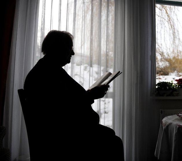 BLI HJEMME: – En sykehjemsplass koster i gjennomsnitt en million kroner per år, skriver fylkeslederen i Pensjonistforbundet i Oppland.