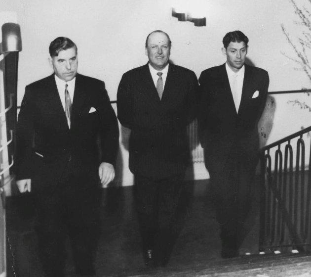 Kong Olav i midten, til venstre ordfører i Eidsberg Johan Volden og til høyre Thorleif Nilsen, Askim. Innvielse av Edwin Ruuds hospital, 8. april 1964.