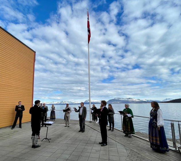 FORNYING ØNSKES: –Det offisielle Harstads 17. mai-program har ikke endret seg stort siden den gang det ble trykket hos Aas & Søn. Snu bunken. Klipp og lim, skriver Bente-Lill Dankertsen. Her et bilde av Vox Arctica, som holdt flere konserter i ulike borettslag 17. mai. Bildet er tatt på kaia i Samasjøen på ettermiddagen 17. mai.