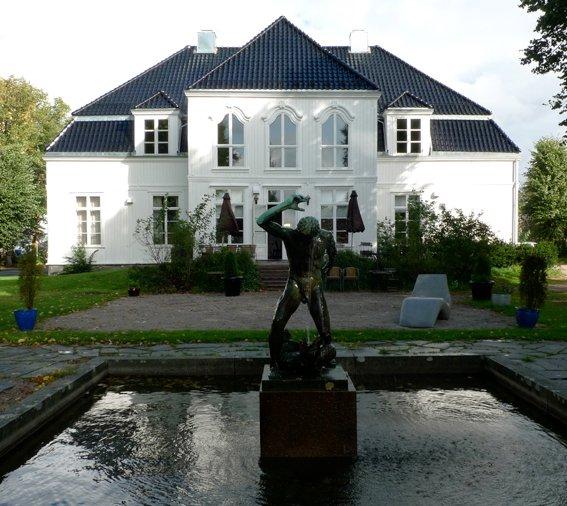 Dersom offentlig kunst var ØKS eneste oppgave ville det koste hver innbygger i Østfold 10 kroner i året å drifte senteret, skriver kunstnerrepresentantene i styret for Østfold kunstsenter.