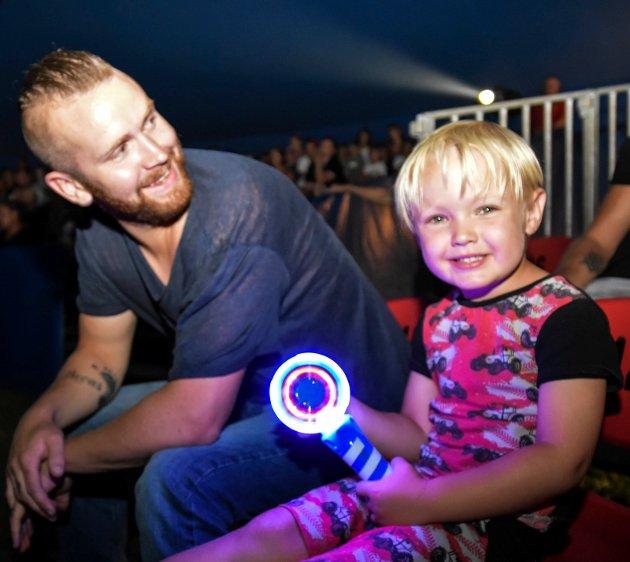 Pappa og sønn, 1. tur på sirkus: sønnen Lucas Moen (4) og pappa Kristoffer Moen (30) fra Spydeberg bidrar med å lyse opp sirkuset.