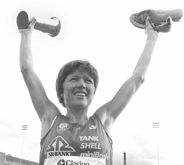 Oslo 19840628. Bislett Games.  Ingrid Kristiansen setter ny verdensrekord på 5000 m. med 14.58.89 under Bislett Games. Her en glad Ingrid som vinker med pokal og sko. Foto: Bjørn Sigurdsøn NTB / NTB