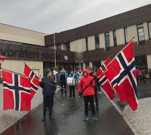 FLAGGBORG: Flaggborgen på Torvbråten skole med korpset i bakgrunnen.