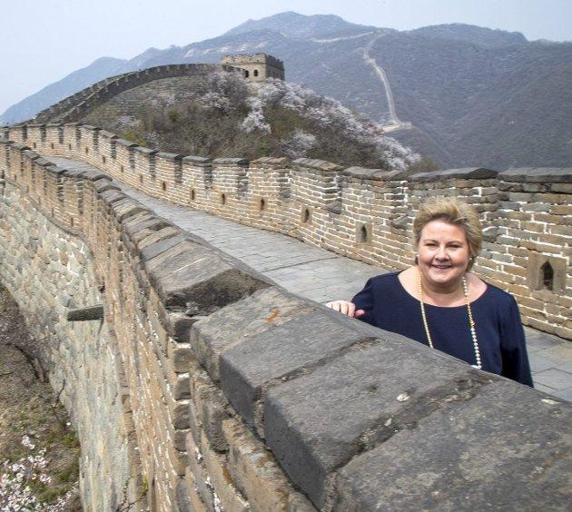 Statsminister Erna Solberg (H) har ennå ikke uttalt støtte til dem som mener Kina bør løslate Liu Xiaobo og la ham velge hvor han vil behandles for kreft. Her er Solberg fotografert på Den kinesiske mur da hun gjestet Kina for å tine opp et iskaldt forhold.