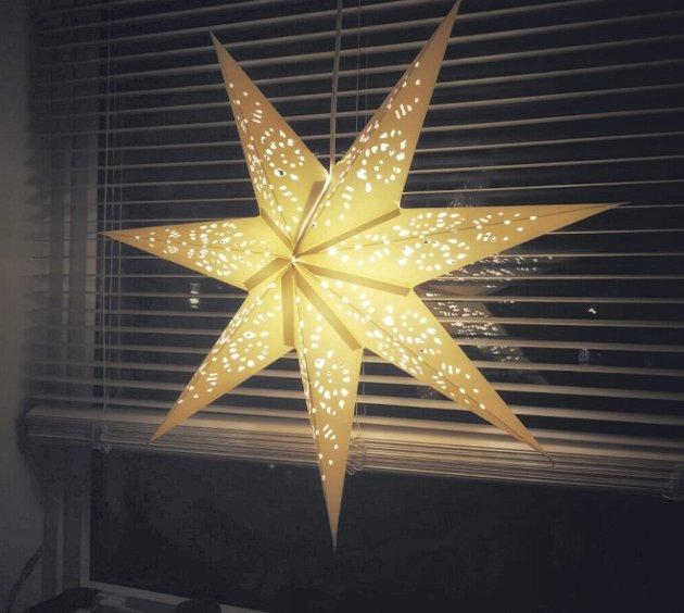 – La en julestjerne sende ut varme fra ditt hjem til de tusen der ute, skriver innsenderen. Foto: Privat