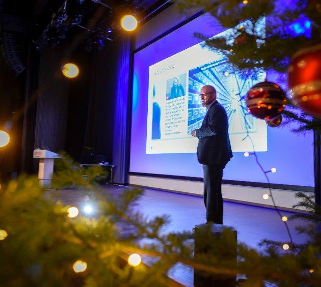 Ordfører Geir Waage med julefrokost for næringslivet i Rana kommune. Spektrum var fullsatt. Vitensenteret fikk den største julegaven med 10 millioner fra de to lokalbankene.