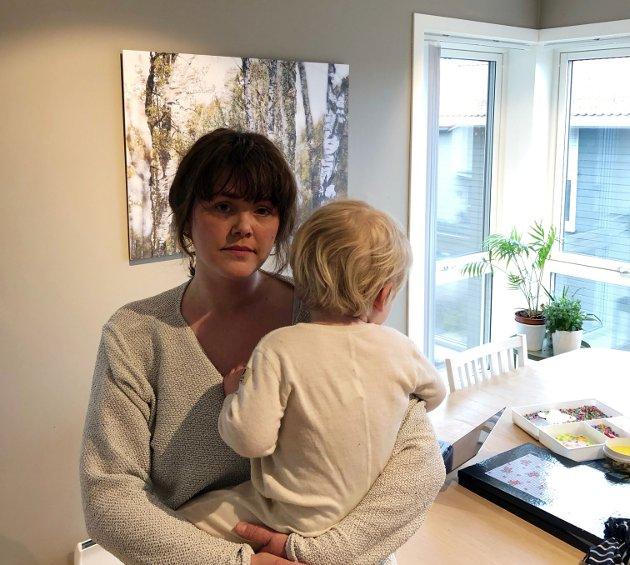 BEKYMRET: Elin Rise med sønnen på halvannet år.