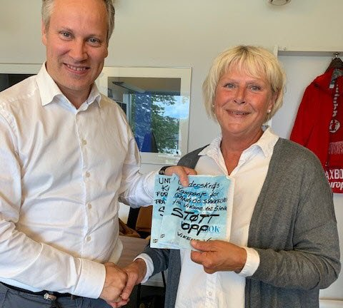 Ordfører Jon-Ivar Nygård og Daga Andersson som tok initiativ til underskriftskampanjen.