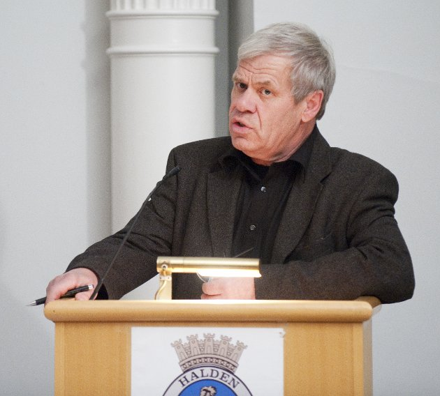 TIDLIGERE POLITIKER: Svein Olaussen på talerstolen i kommunestyresalen da han var representant for Halden Arbeiderparti.