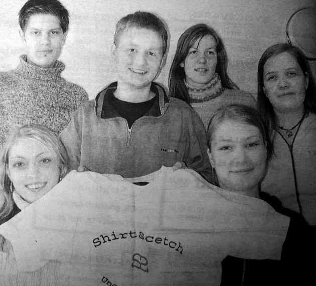 -Markedsføring er det kuleste faget, samstemte elevene som brukte timene til å  drive bedriften Shirt-Scetc. Ungdomsbedriften Shirt-Scetc på Vestvågøy videregående skole gikk så det suste. De tjente penger på å selge t-skjorter med skrift. De hadde som mål å selge 75 skjorter i løpet av året. - Vi lærer mer av å gjøre noe praktisk en å kun lese i bøker  konstarterte de ansattte i ungdomsbedriften. Bakerst fra høyre: Per Steinar Graner, Tobias Grav,  Relida Henriksen og Veroica Jakobsen. Sittende foran: Isabell Jonassen og Malin Sørensen.