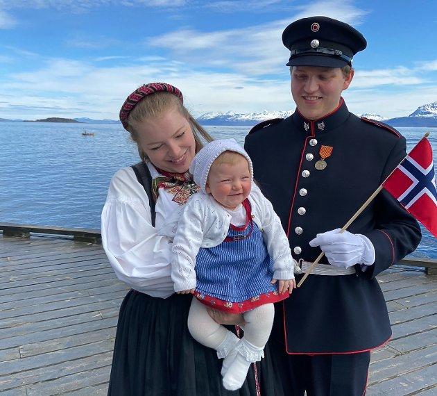 Sender en liten 17. mai-hilsen fra oss på besøk hos Fredrik Hassel og Karen Egge samt barnebarn Martha på 7 måneder i strålende vær i Harstad. Hilsen Jannecke og Erik.