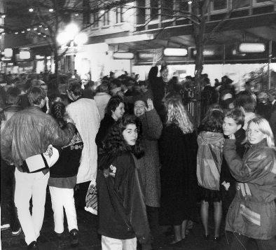 1992: Færre folk enn vanlig i Haraldsgata ved midnatt, men de som var der oppførte seg eksemplarisk, meldte avisen i sin første utgave i 1993.