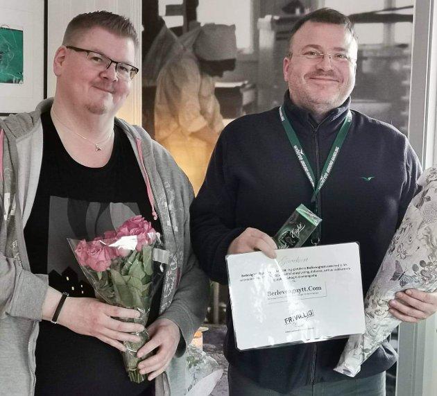 VELFORTJENT HEDER: Jan Einar Straumsnes (t.v.) og Arnt Eirik Hansen 15 år etter at de startet det lokale nyhetsnettstedet Berlevaagnytt.com, og som lever videre i beste velgående.