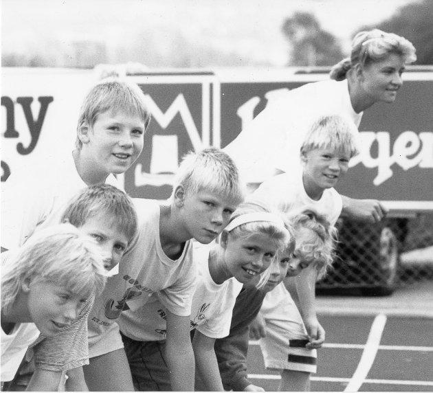 For første gang arrangeres det en friidrettsskole i Rana. 36 unge jenter og gutter får denne uken sin første opplæring i friidretens mange finesser, ogsynes det er kjempegøy. Kanskje er dette starten på en ny æra for friidretten i Rana. 15. august 1990.