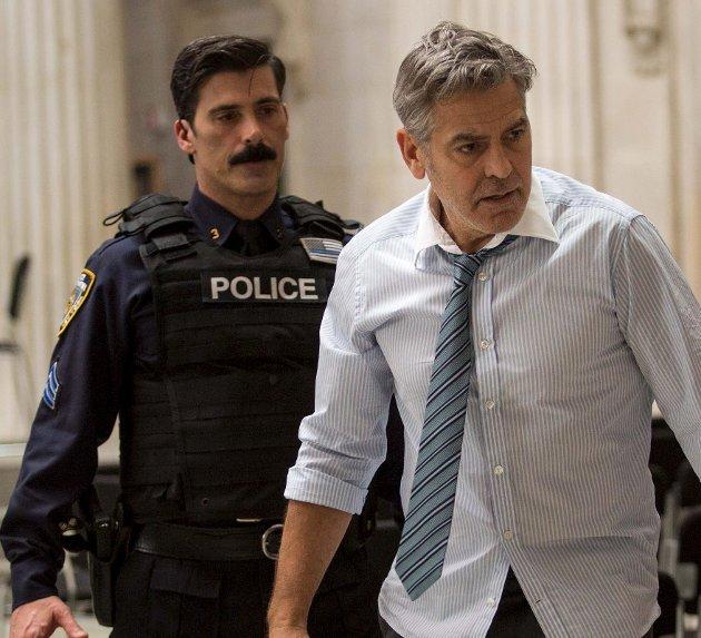 Pengethriller: George Clooney (til høyre) leverer en ny solid rolletolkning i «Money Monster».Foto: filmweb.no