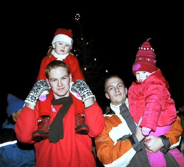 Julegrantenning i Sandnessjøen 2. desember 2001 Kim Jørgensen (t.v.) med den vesle nissedama Mia Strand Jørgensen på skuldrene, og Jørn Gylver med Sine Victoria Strand. Foto: Wenche Stork