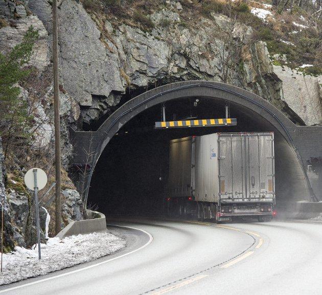 Mange veier på Vestlandet, blant annet E16 mellom Arna og Voss, har behov for store investeringer. Men i de neste fire årene vil ingen hordalendinger ha sete i transportkomiteen. Arkivfoto: Eirik Hagesæther