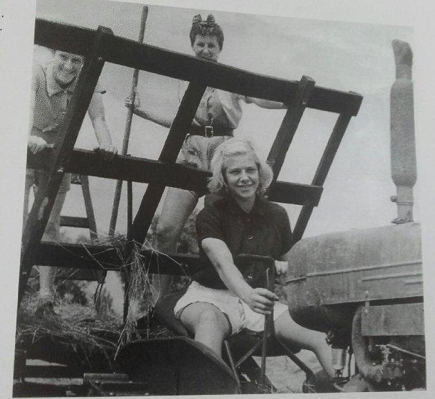 UNDER KRIGEN: Caroline Risa gjorde en stor innsats i London under krigen. Hun tjenestegjorde i Women's Land Army og var med på å rydde ruinene etter tyske bombeangrep. Caroline hadde førerkort for lastebil og anleggsmaskiner.