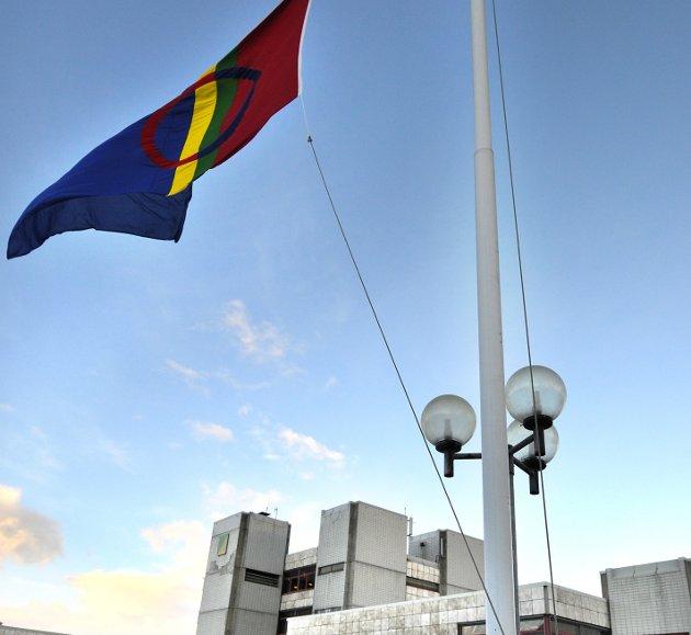 Det samiske flagget vaier utenfor rådhuset i Rana.