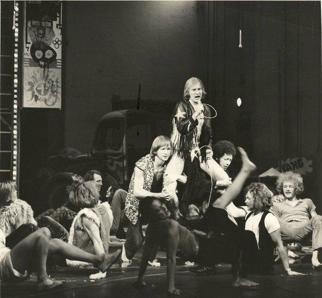 4. desember 1970 var  premiere på musikalen «Hår» – «Hair» – på Den Nationale Scene. En del av kristenfolket var i harnisk og protesterte på Torgallmenningen. Men forestillingen fikk god kritikk i BA.