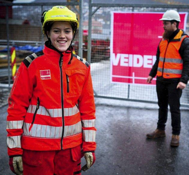 – Vi har de senere årene sett flere gode eksempler på jenter som stortrives med det valget de har tatt og som ikke kunne tenke seg å jobbe noe annet sted enn i byggebransjen. En av dem er Julie Kleiven Mjelde (på bildet). FOTO: EBA Vestenfjelske