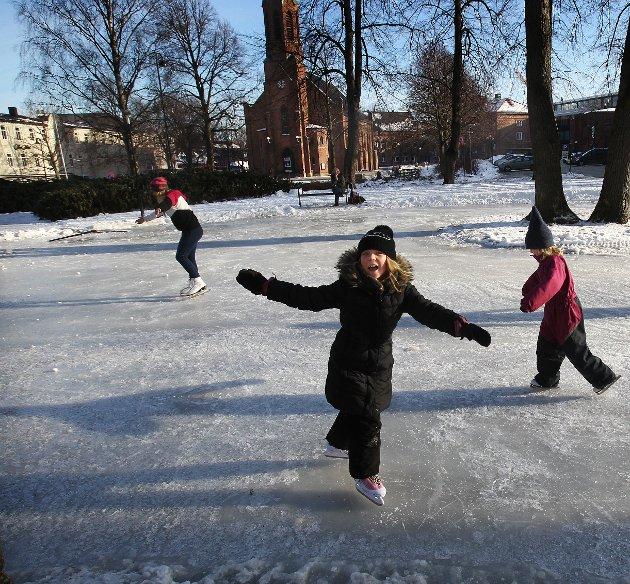 Islagt, eller legges på is: – Kunstisbanen er en viktig møteplass på tvers av generasjoner og et godt samlingspunkt for mange som gir økt aktivitet i byen, skriver Venstres Sindre Westerlund Mork.