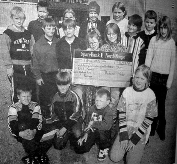 12.413 kroner samlet  elevene ved Buksnes skole inn til Kosova-flyktningene i løpet av noen hektiske arbeidsuker. Det manglet ikke på kreativitet fra elevene. Alt fra  bollesalg til fottur på Løkta hvor deltakerne måtte betalte  på postene. Elevrådet ved Buksnes skole representerte klassene som hadde vært med på å samle inn  penger til Kosova-flyktningene.  Øverst fra venstre: Terje Johansen, Stine Øverås, Rudi Johnsen, Andrea Nilsen og  Finn-Arne Marthinsen.  I midten fra venstre:  Fredrik Rasmussen,  Kim Roger Johansen, Stefan Bendiksen, Elise Hartviksen, Iselin Øvergård,  Øyvind Johansen og Hadde Pettersen. Foran fra venstre: Tor Bendiksen, Vegard Bjørnsen, Bård Bendiksen og Stine Johansen.