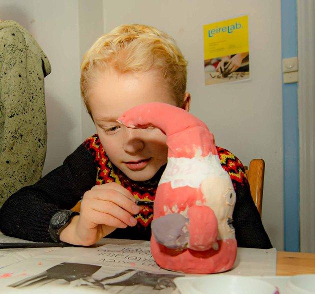 JULEPYNT: Kyrre (9) skal ta siste finpussen på nissen han skal ha med hjem til jul.